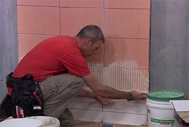 קירות ריקים: איך מדביקים אריחים על אריחים ישנים?