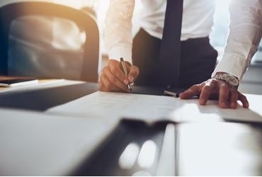 האם צריך להתייעץ עם עורך דין לפני תהליך המכירה של הבית?