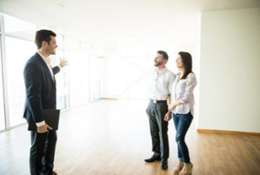 """קונים או מוכרים דירה? זה הזמן לליווי של יועצי נדל""""ן"""