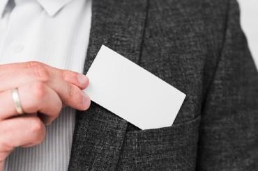 עץ, זכוכית ותחרה: הדור החדש של כרטיסי הביקור העסקיים