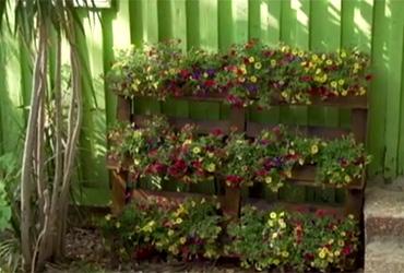 איך הופכים משטח עץ לאדנית מעוצבת למרפסת או לגינה?